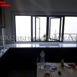 Dapur dekat dengan pintu atau jendela